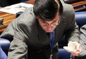 O garçom do Senado Federal, José Antonio,(Zezinho) durante seu trabalho servindo água mineral e cafezinho para os senadores Foto: O Globo / Ailton de Freitas