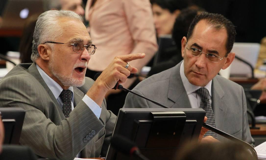 Os deputados federais mensaleiros José Genoino [PT-SP] e João Paulo Cunha [PT-SP] estavam presentes na sessão da CCJ que aprovou PEC que submente decisões do STF ao Congresso Foto: Ailton de Freitas / O Globo