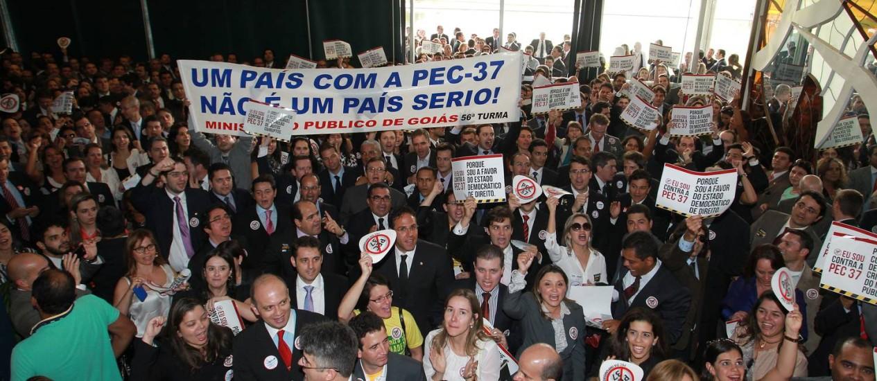 Procuradores e promotores durante protesto contra a PEC 37 que retira poderes de investigação do Ministerio Público Federal Foto: Ailton de Freitas / O Globo