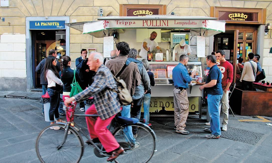 O trailer Polini, em Florença, que serve sanduíches de tripa e o lampredotto, dois clássicos da comida de rua da cidade que é berço do Renascimento Foto: Bruno Agostini / O Globo