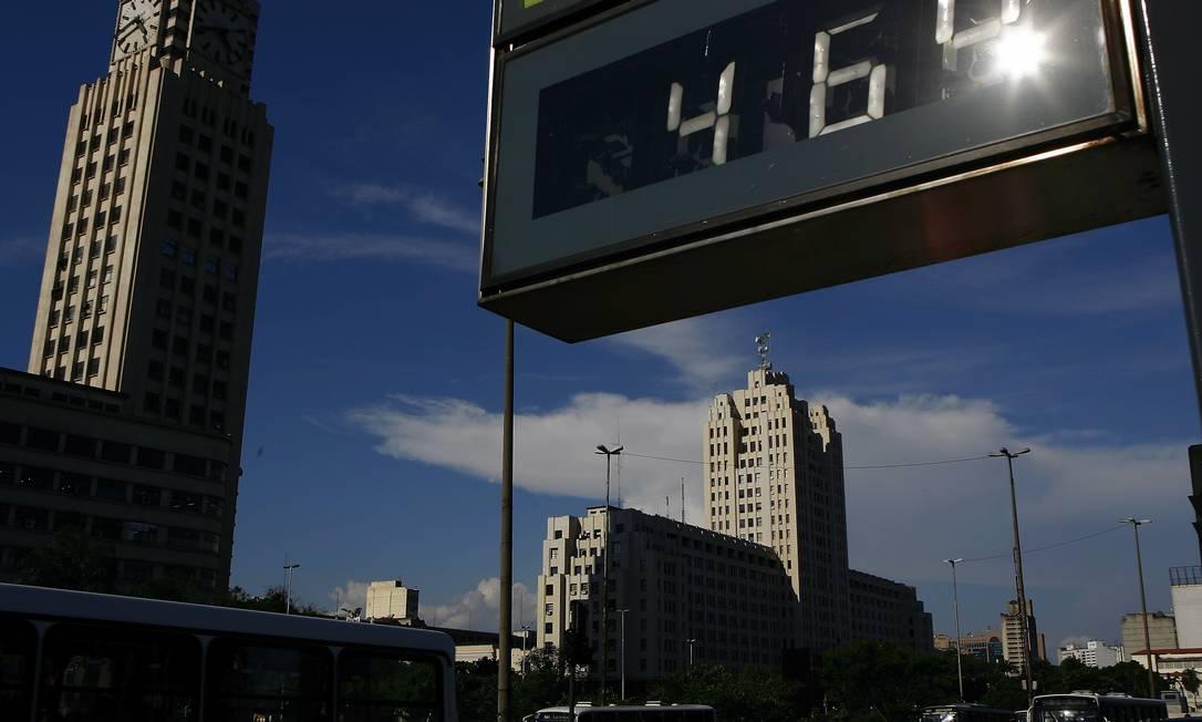 Relógio próximo à Central do Brasil, no Rio de Janeiro, marca calor de 46 graus no início do verão de 2009: temperaturas recordes a reboque do aquecimento global Foto: Gustavo Stephan