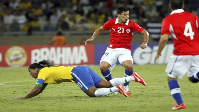 Ronaldinho Gaúcho cai no amistoso entre Brasil e Chile, no Mineirão Foto: Cezar Loureiro / Agência O Globo