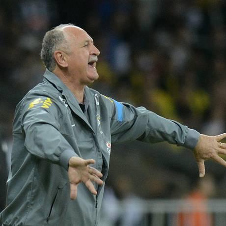 Luiz Felipe Scolari orienta a seleção brasileira no empate com o Chile Foto: Eugenio Savio / AP