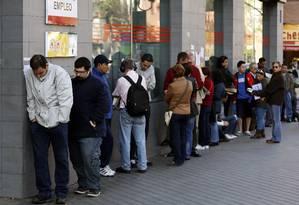 Fila em agência de emprego em Madri: desemprego aumenta há sete trimestres Foto: SERGIO PEREZ / Sergio Perez/Reuters