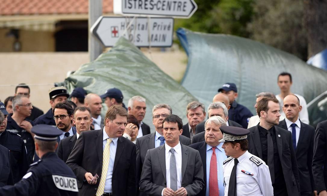 O ministro do Interior, Manuel Valls (ao centro), no local do crime: críticas à circulação de armas Foto: GERARD JULIEN / AFP