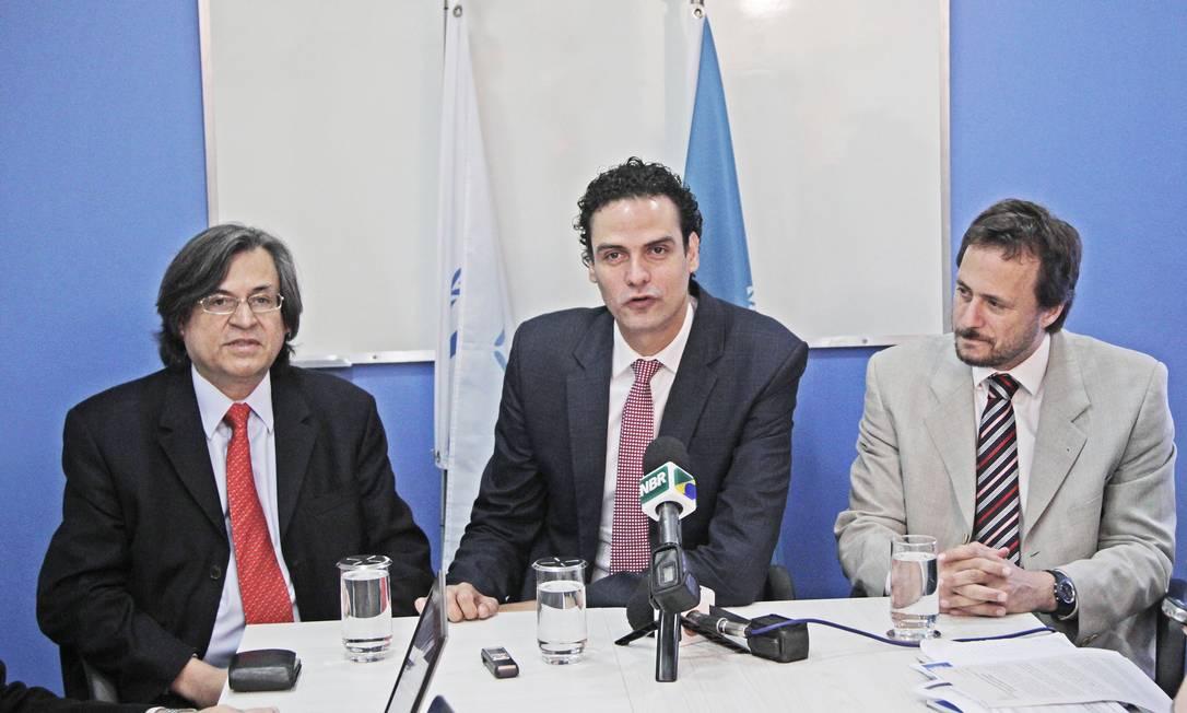 BSB - Brasília - Brasil - 26/04/2013 - Pa - Entrevista coletiva na Agência da ONU para refugiados, UNHCR - ACNUR - Estatística revela que o número de estrangeiros que solicitam refúgio no Brasil mais que triplicou em 2012 em comparação a 2010, revela o Comitê Nacional para Refugiados ( CONARE ), presidido pelo Ministério da Justiça. mesa da esquerda p/direita: André Ramires, representante da ACNUR ( Brasil ), Paulo Abrão, secretário nacional ( CONARE ) e Federico Augusto ( Argentina ) Foto: Jorge William / Agência O Globo Foto: Jorge William / Agência O Globo
