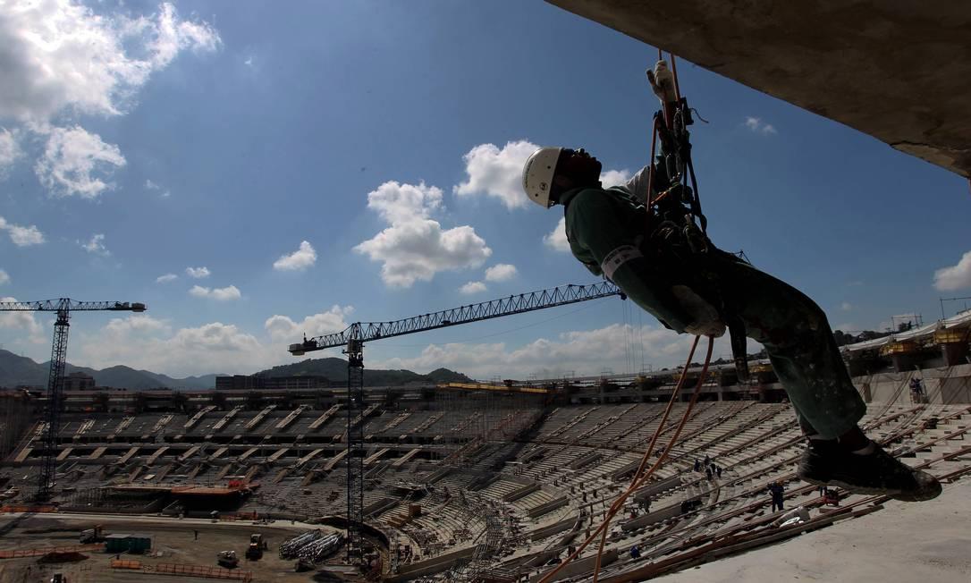 Obras no Maracanã para Copa das Confederações e Copa do Mundo. Domingos Peixoto / Agência O Globo