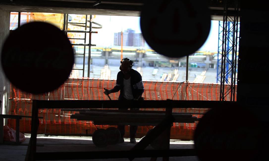 Operário trabalha nas obras do Maracanã Jorge William / Agência O Globo