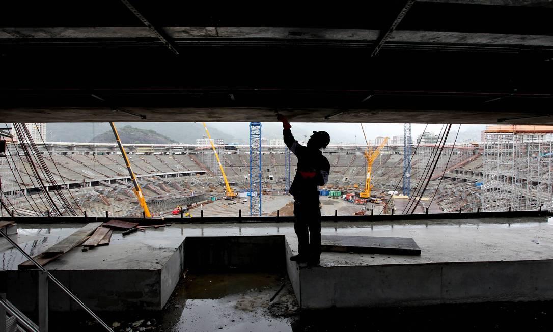 Operário trabalhando na obra do Maracanã. Domingos Peixoto / Agência O Globo