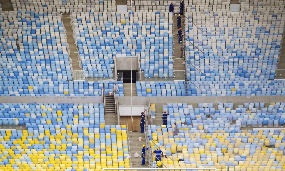 Obras de reforma do Maracanã. Operários dão os ultimos retoques no estádio. Ivo Gonzalez / Agência O Globo
