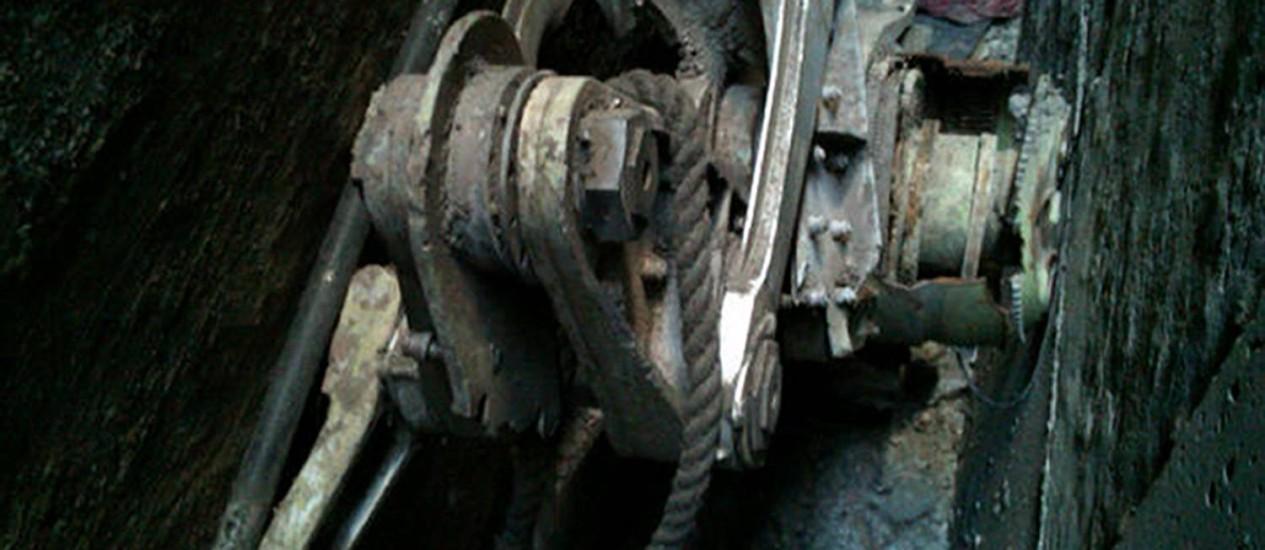 Uma parte de um trem de pouso foi achada entre uma mesquita e um edifício e deve ter sido de avião sequestrado no atentado de 11 de Setembro Foto: REUTERS