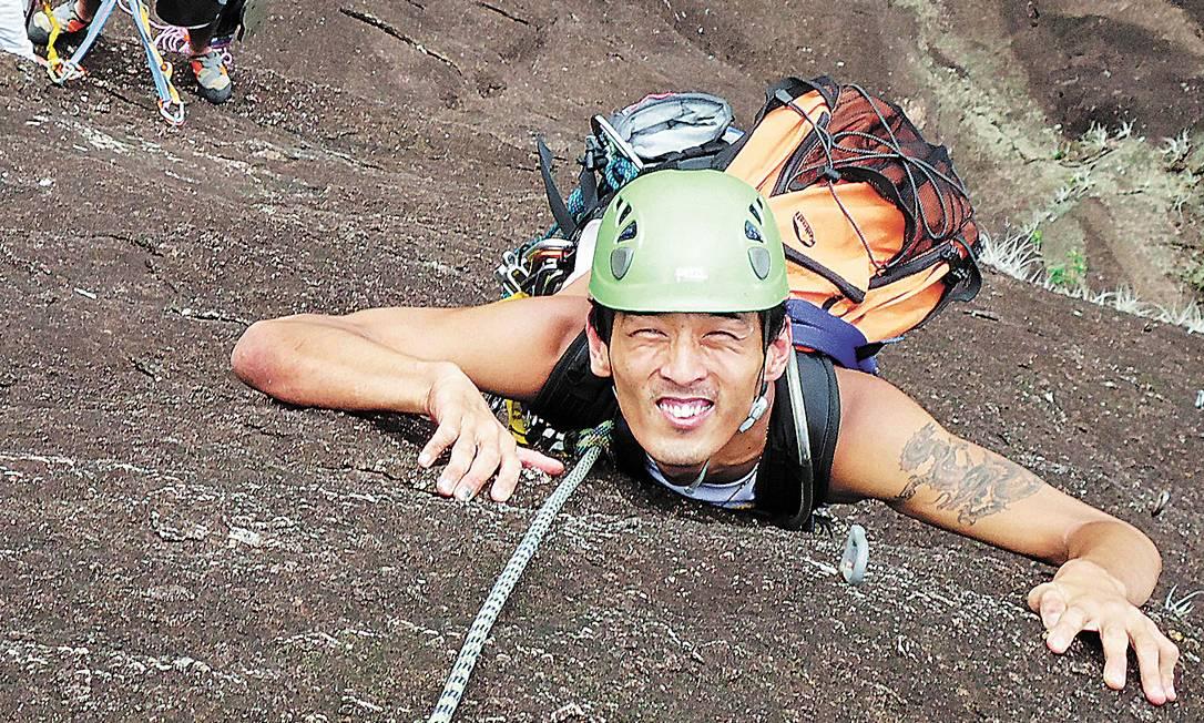 Raphael escalando em Ubatuba, litoral de São Paulo. Neste fim de semana ele deve subir os morros Cantagalo e Babilônia, no Rio Foto: Terceiro / Divulgação