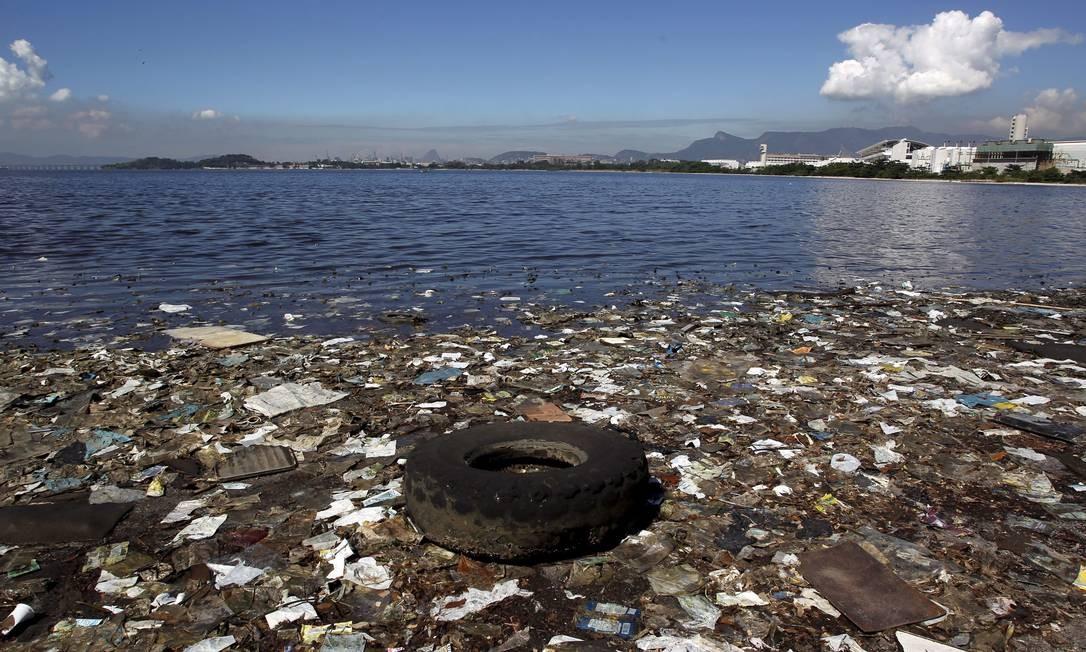 Lixo se espalha pela Praia de Catalão, no Fundão: UFRJ diz que, quando necessário, são realizados mutirões Foto: Custódio Coimbra / O Globo