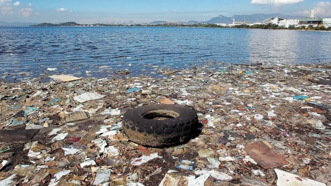 Quem resolve? Lixo acumulado numa praia próxima à Cidade Universitária: a Baía de Guanabara, que será palco de competições náuticas nas Olimpíadas, recebe uma média de cem toneladas de lixo flutuante todos os dias Foto: Custódio Coimbra / Agência O Globo