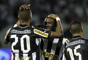 Rafael Marques e Seedorf comemoram o quarto gol do Botafogo na goleada sobre o Resende Foto: Cezar Loureiro / O Globo