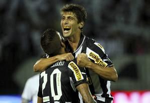 Fellype Gabriel e Rafael Marques comemoram o quarto gol do Botafogo Foto: Cezar Loureiro / O Globo