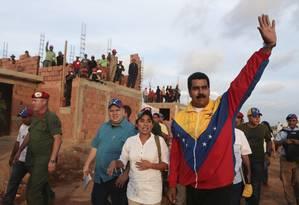 Presidente venezuelano Nicolás Maduro acena para apoiadores durante visita a um conjunto habitacional em Maracaibo, em foto fornecida pelo Palácio Miraflores nesta sexta-feira (26) Foto: Palácio Miraflores / REUTERS