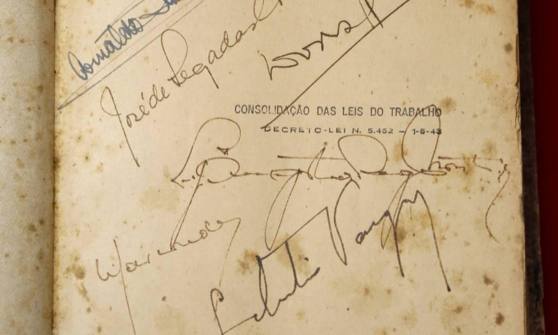 Com assinaturas de Getúlio e outros, a primeira edição da CLT está em exposição no Centro Cultural do TRT/RJ até 3 de maio Foto: Fabio Rossi