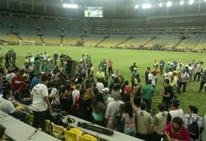 O gramado do Maracaã ficou tomado de gente alheia à organização do evento: bagunça Foto: Gian Amato / Agência O Globo