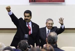 Maduro (esquerda), com o presidente cubano, Raúl Castro, diante de foto de Hugo Chávez Foto: Presidência da Venezuela / REUTERS