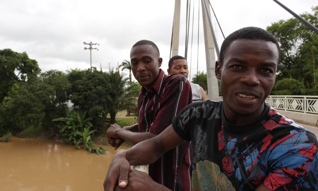 Haitianos entram no Brasil por Brasileia, cidade do Acre que faz fronteira com o Peru Foto: Michel Filho / Arquivo Globo - 07/01/2012