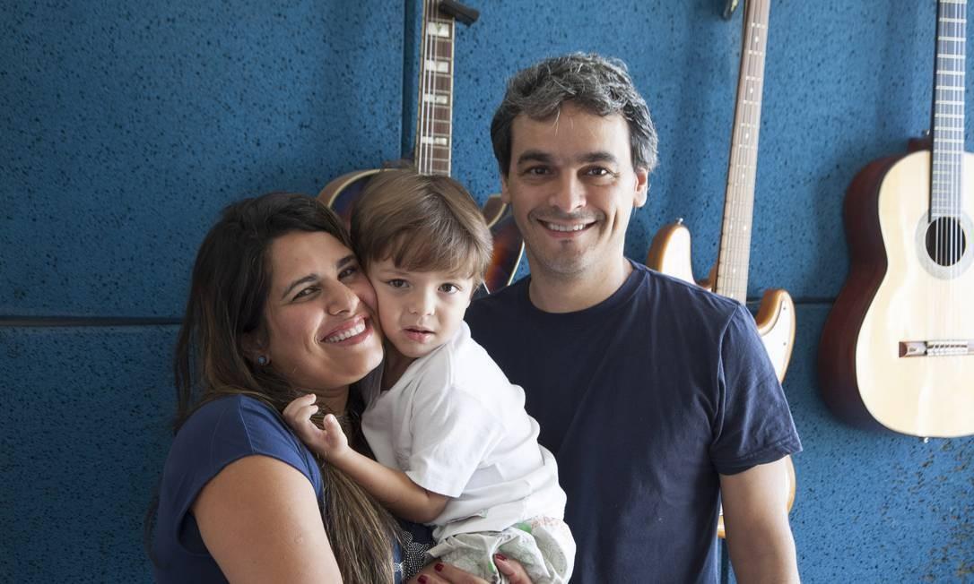 Juliana e Dalton trabalham sem carteira há anos. Quando o filho nasceu, ela sentiu falta da licença-maternidade Foto: Daniela Dacorso
