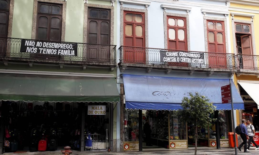Proprietários recebem comunicado dando prazo para deixar as lojas na Rua da Carioca Foto: Custódio Coimbra / Agência O Globo