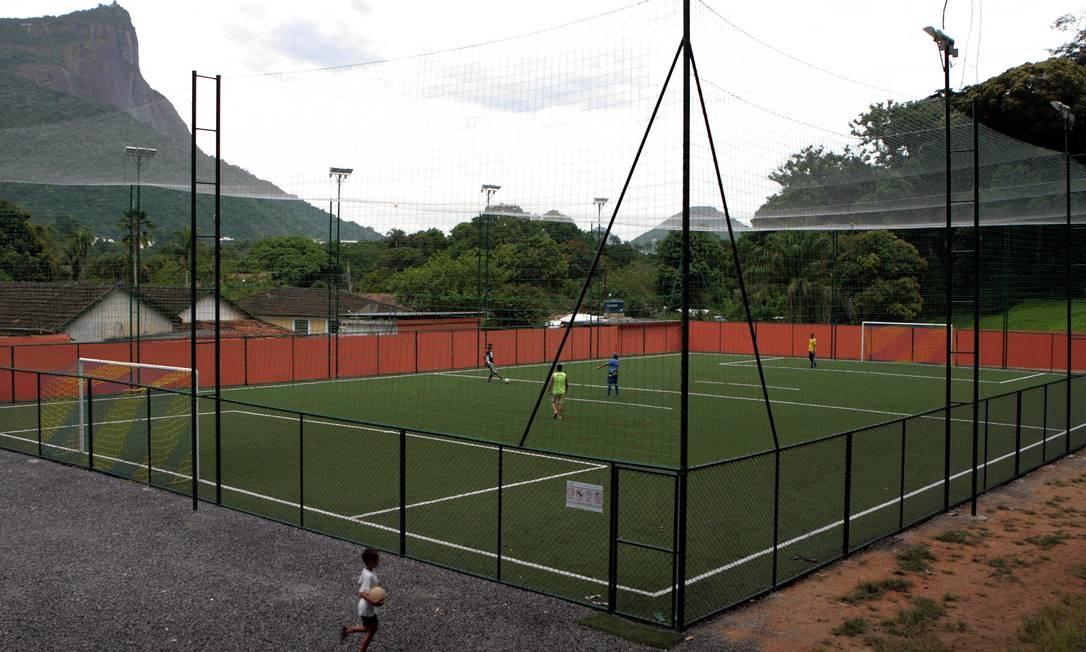 Quadra de futebol dentro do Clube Caxinguel, no Horto. Foto de 17/01/2008 Foto: Ricardo Leoni / O Globo
