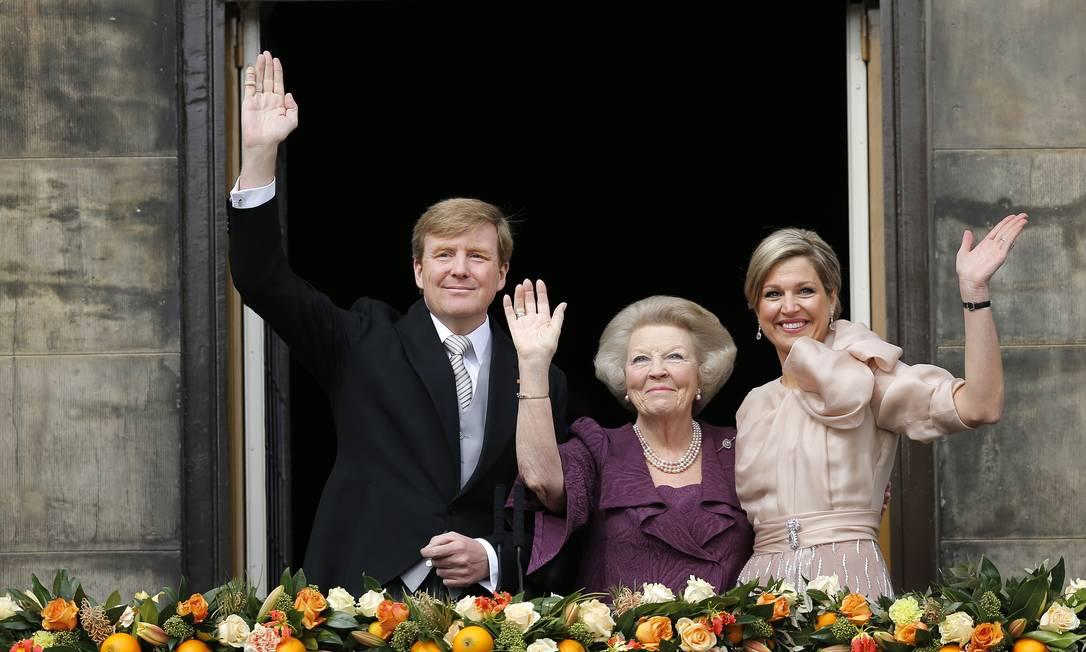 O rei da Holanda, Willem-Alexander, a rainha consorte Máxima, e a princesa Beatrix saudam a multidão no balcão do Palácio Real em Amsterdã Foto: Daniel Ochoa de Olza / AP