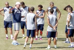 Abel conversa com os jogadores titulares do Fluminense durante o treino nas Laranjeiras Foto: Ivo Gonzalez / O Globo