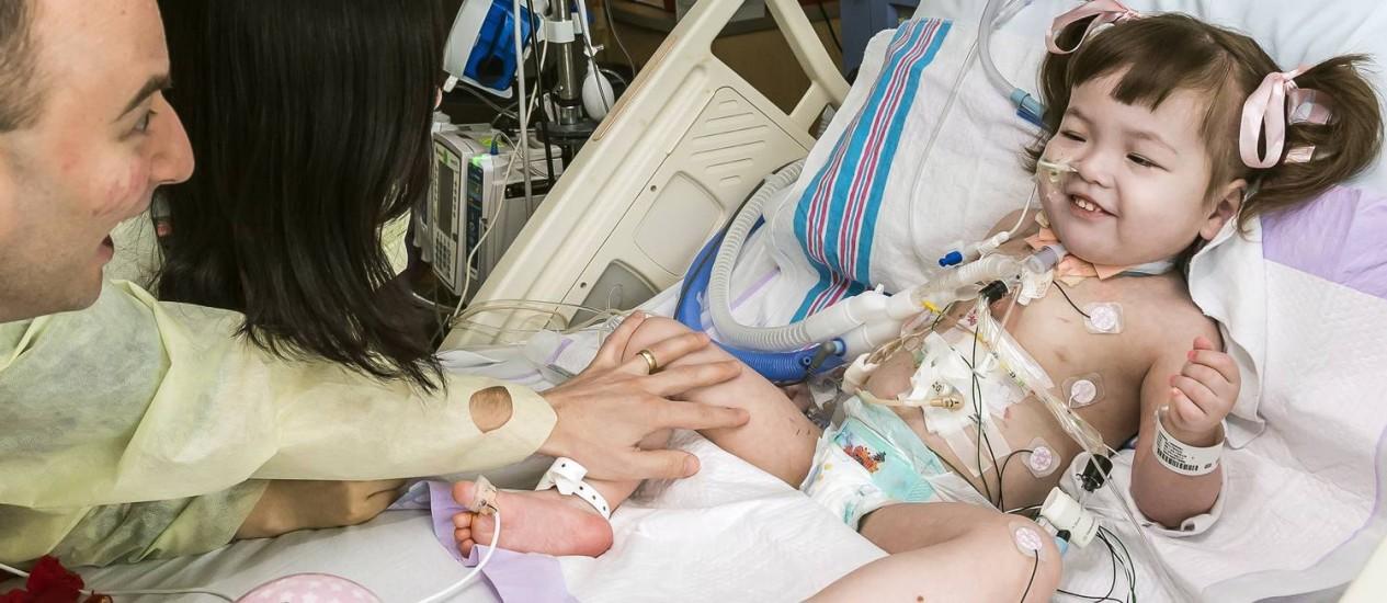 Em uma foto divulgada sem data, os médicos Philipp Jungebluth, à esquerda, e Paolo Macchiarini inspecionam a neotraqueia implantada em Hannah Warren Foto: The New York Times