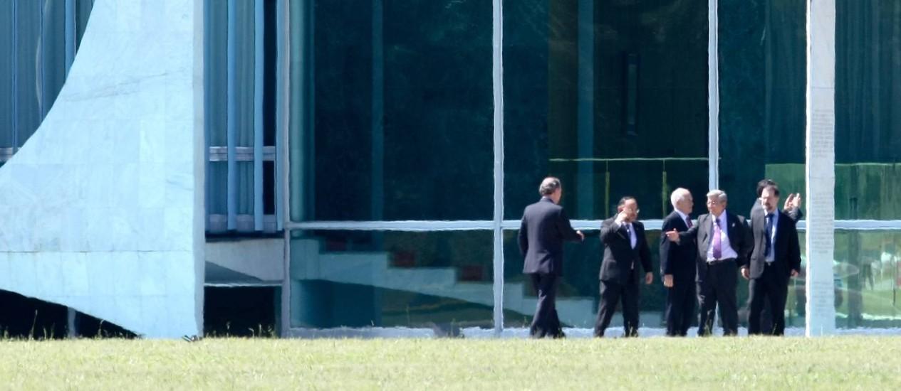 Ministros chegando ao Palacio da Alvorada para reunião com a presidente Dilma Rousseff Foto: Folhapress / Pedro Ladeira