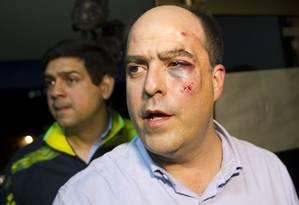 O deputado Julio Borges após agressões na Assembleia Nacional Foto: Carlos Garcia Rawlins / REUTERS