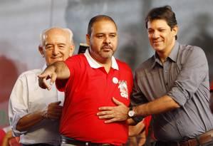 Da esquerda para a direita: Manoel Dias (ministro do Trabalho), Vagner Freitas (presidente da CUT) e Fernando Haddad (prefeito de São Paulo) Foto: Michel Filho / Agência O Globo