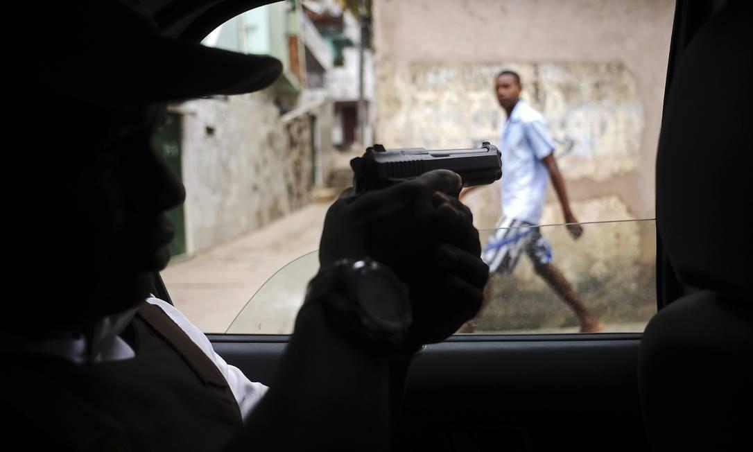 Policial faz ronda pelo complexo de favelas de Amaralina Foto: LUNAE PARRACHO / REUTERS