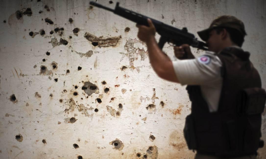 Na parede, as marcas de confrontos entra a polícia e os criminosos no complexo de Amaralina Foto: LUNAE PARRACHO / REUTERS