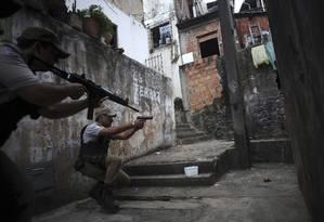 Com incursões em favelas, a Polícia tenta reduzir os índices de violência na cidade, uma das sedes da Copa de 2014 Foto: LUNAE PARRACHO / REUTERS