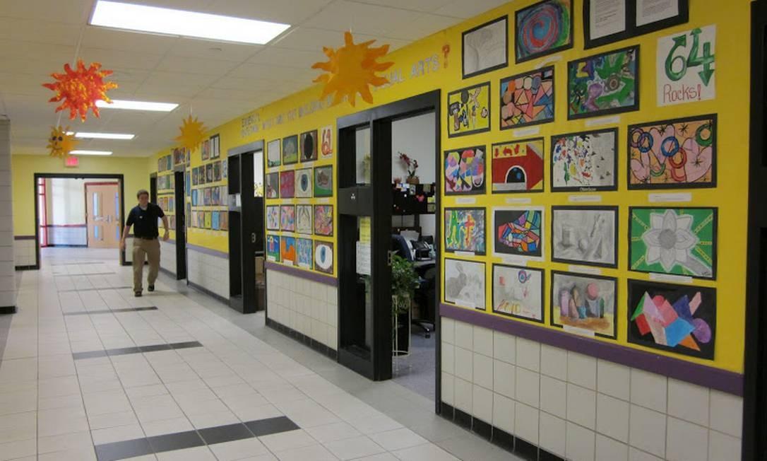 Corredor da Orchard Gardens é decorado com obras de artes dos alunos Foto: www.bostonpublicschools.org