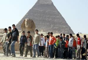 Crianças egípcias visitam as pirâmides Foto: Amr Nabil / AP