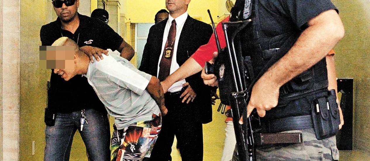 Menor preso pela polícia em São Paulo Foto: Eliária Andrade / Agência O Globo