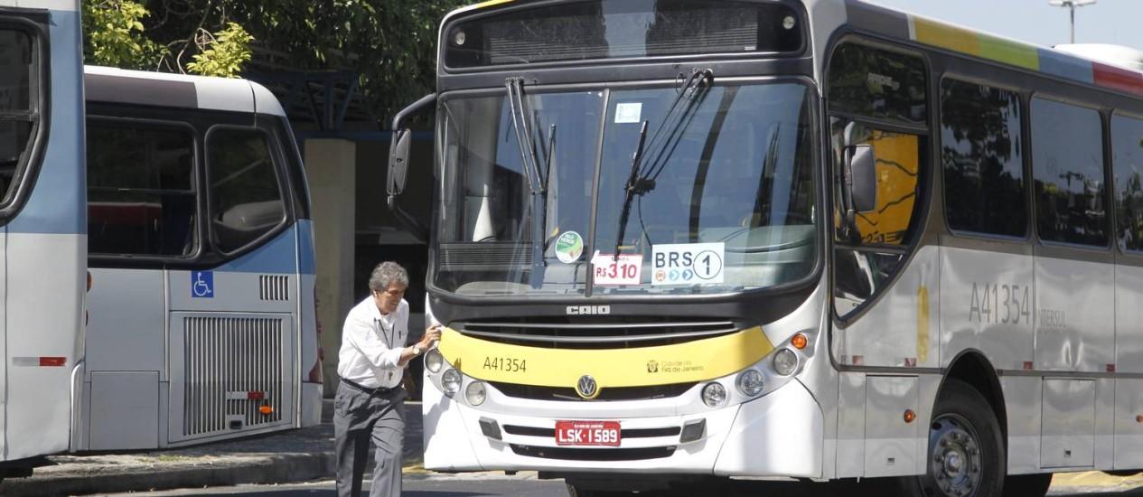 Almoço. O motorista deixa o ônibus da linha Central-Leblon parado na faixa da esquerda e sai para comprar uma quentinha Foto: Marcelo Carnaval / O Globo