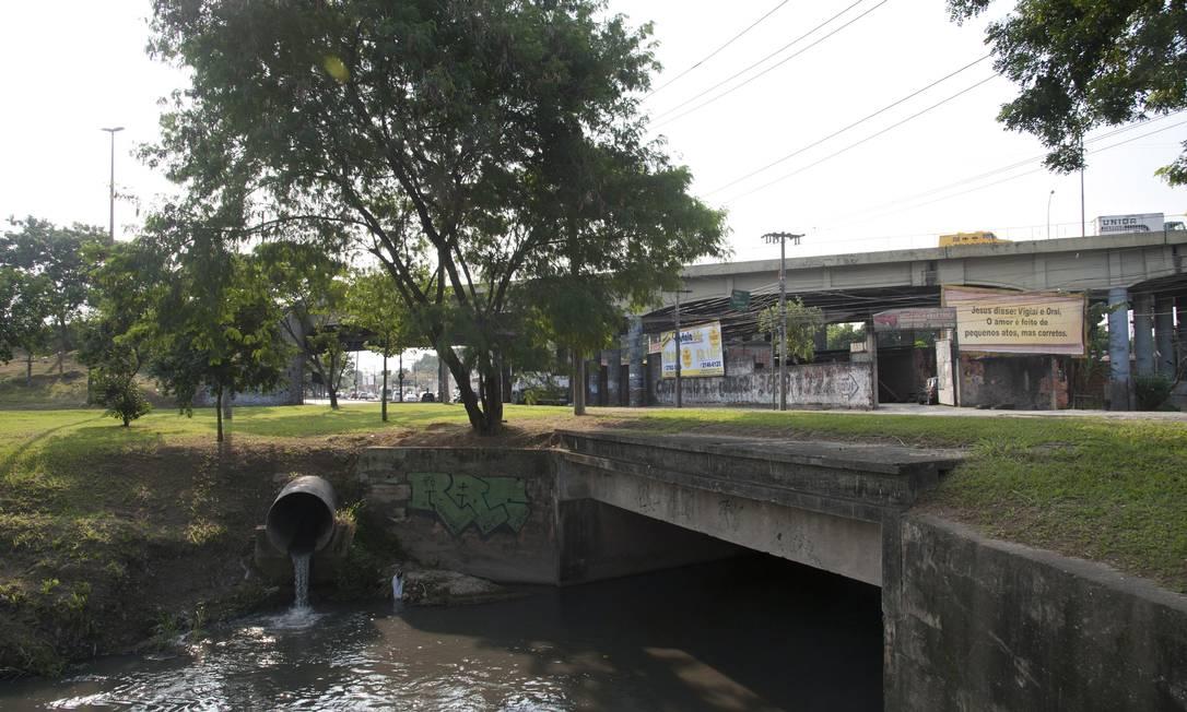 O despejo de esgoto no Rio Marangá espalha mau cheiro na região da Estrada Marechal Alencastro perto da Avenida Brasil Adriana Lorete / O Globo