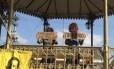Manifestantes que pedem saída de delegado usaram máscaras de gorila
