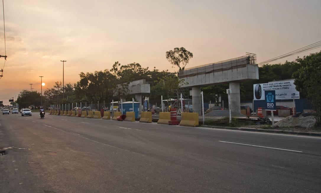 Dois pilares do corredor expresso Transolímpica começam a tomar forma na Avenida Marechal Fontenele, em Sulacap: a via de 23 quilômetros de extensão ligará a Barra da Tijuca a Deodoro, com pistas para carros e sistema de BRT Foto: Adriana Lorete