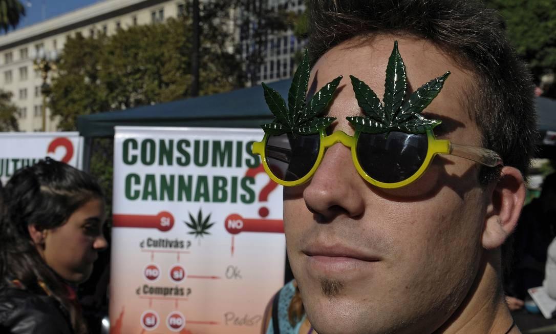 Manifestações pela descriminalização da maconha ganharam as ruas de diferentes cidades do mundo neste sábado (4), como Buenos Aires Foto: ALEJANDRO PAGNI / AFP