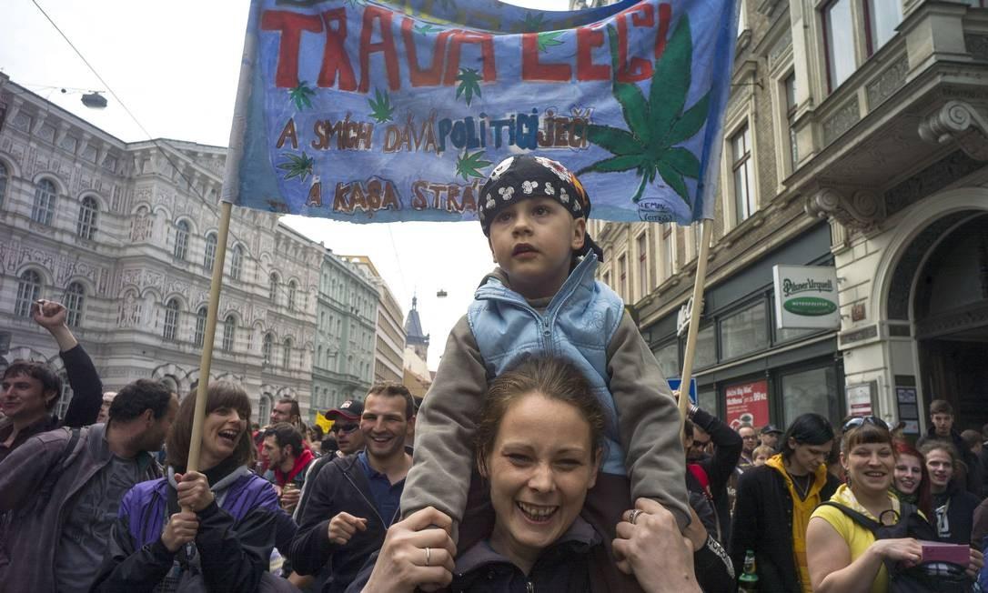Na República Checa, várias pessoas marcharam pelas ruas de Praga em prol da descriminalização Foto: MICHAL CIZEK / AFP