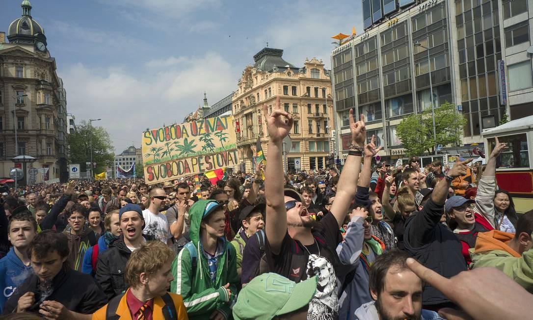 Centenas de participantes participaram da mobilização em Praga Foto: MICHAL CIZEK / AFP