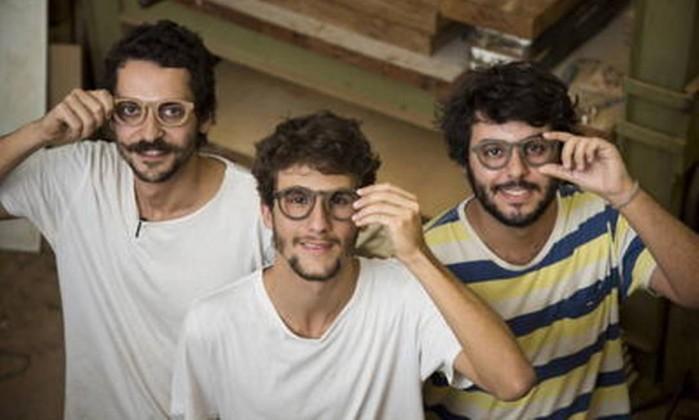 Alunos da PUC inventam óculos de madeira garimpada no Lixo que são sucesso em Milão Foto: Mônica Imbuzeiro