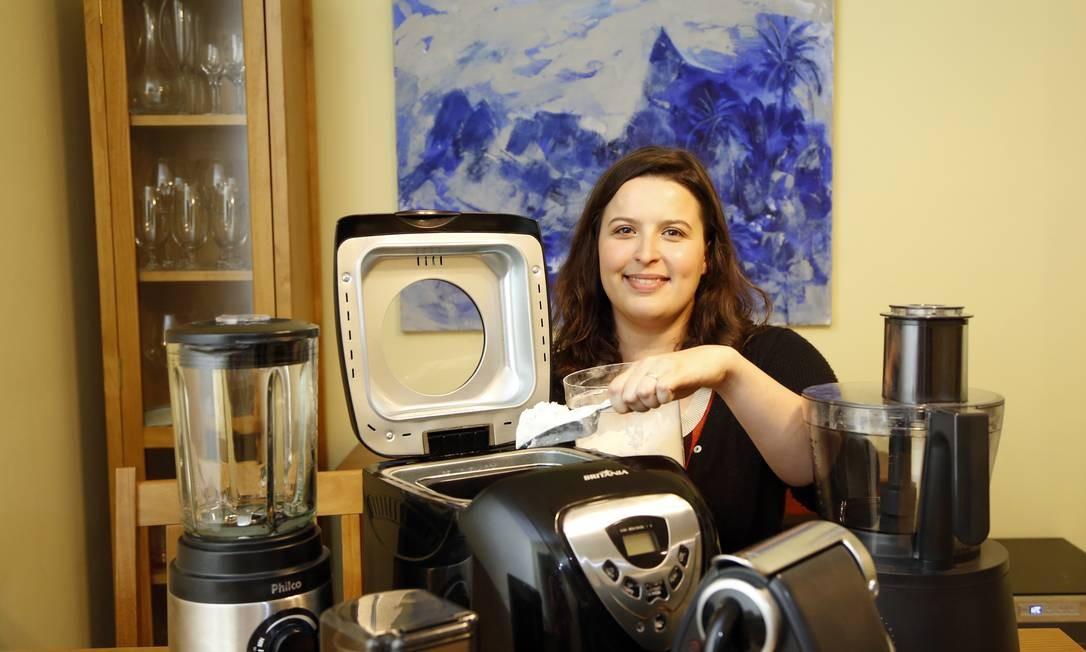 Eletrodomésticos. A supervisora Priscilla Sardenberg tem máquina de fazer pão, máquina de café em cápsulas e liquidificador multifuncional Foto: Fabio Rossi / Agência O Globo