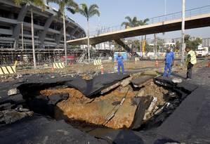 Vazamento abriu cratera no meio da Radial Oeste Foto: Custódio Coimbra / Agência O Globo